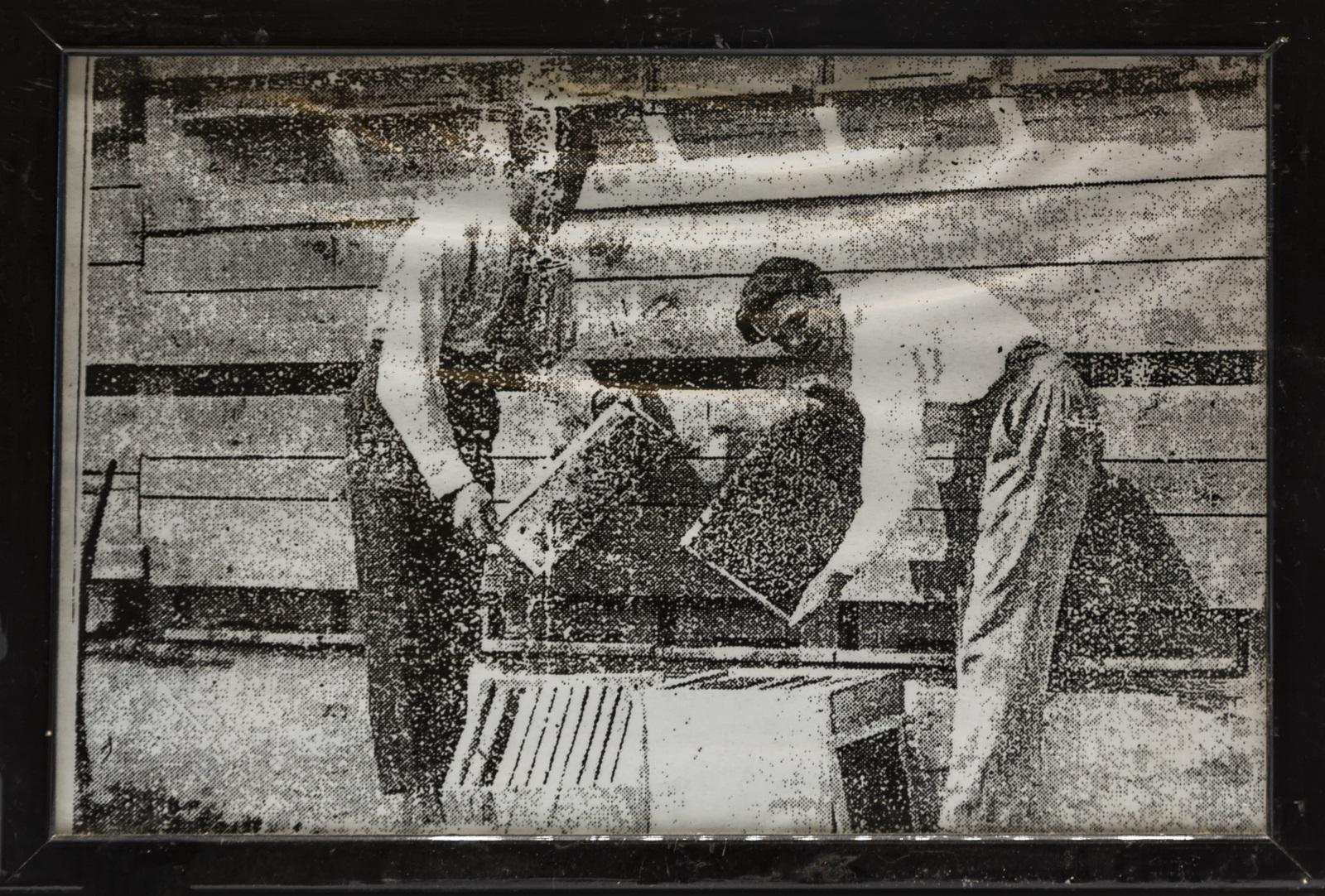 Ottavio Nana (a destra) con l'amico Guglielmo presso l'Apiario di Lanzada - Anno 1930